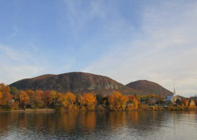 Vue du Mont-Saint-Hilaire à l'automne