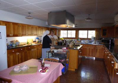 Soeur Béatrice avec la cuisinière