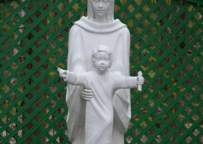 La statue de la Vierge Marie près du sentier du silence